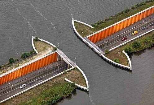 An Amazing underwater tunnel !
