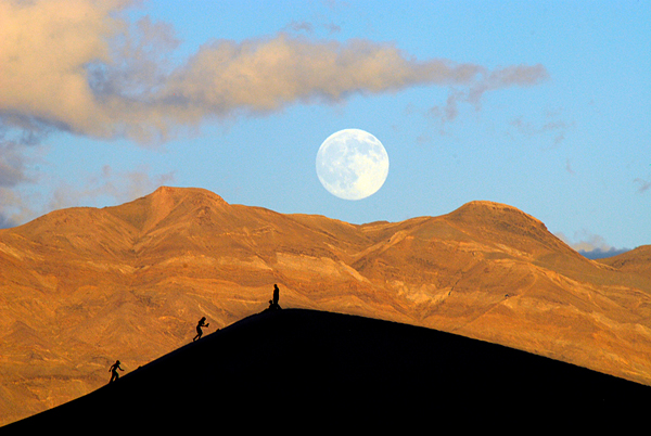 A-full-moon-rises-over-Death-Valley-National-Park