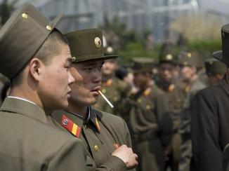 north-korean-soldiers-smoking