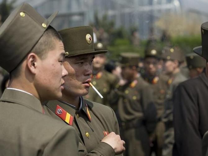 north-korean-soldiers-smoking